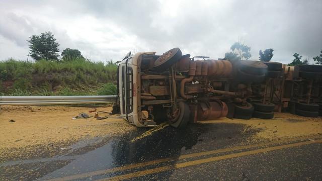 Caminhão carregado de milho tomba e carga fica espalhada em rodovia