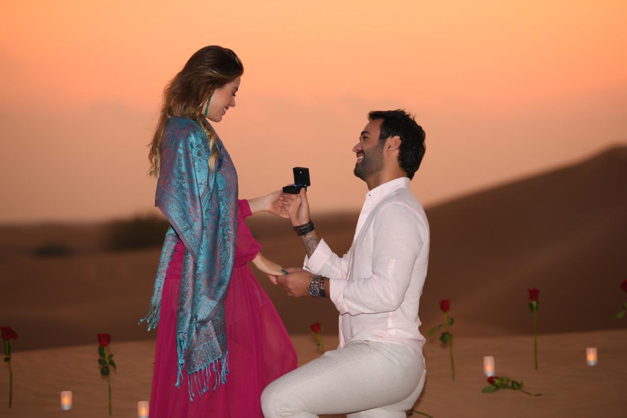 Dununes pede Mariana Bergo em noivado no deserto em Dubai