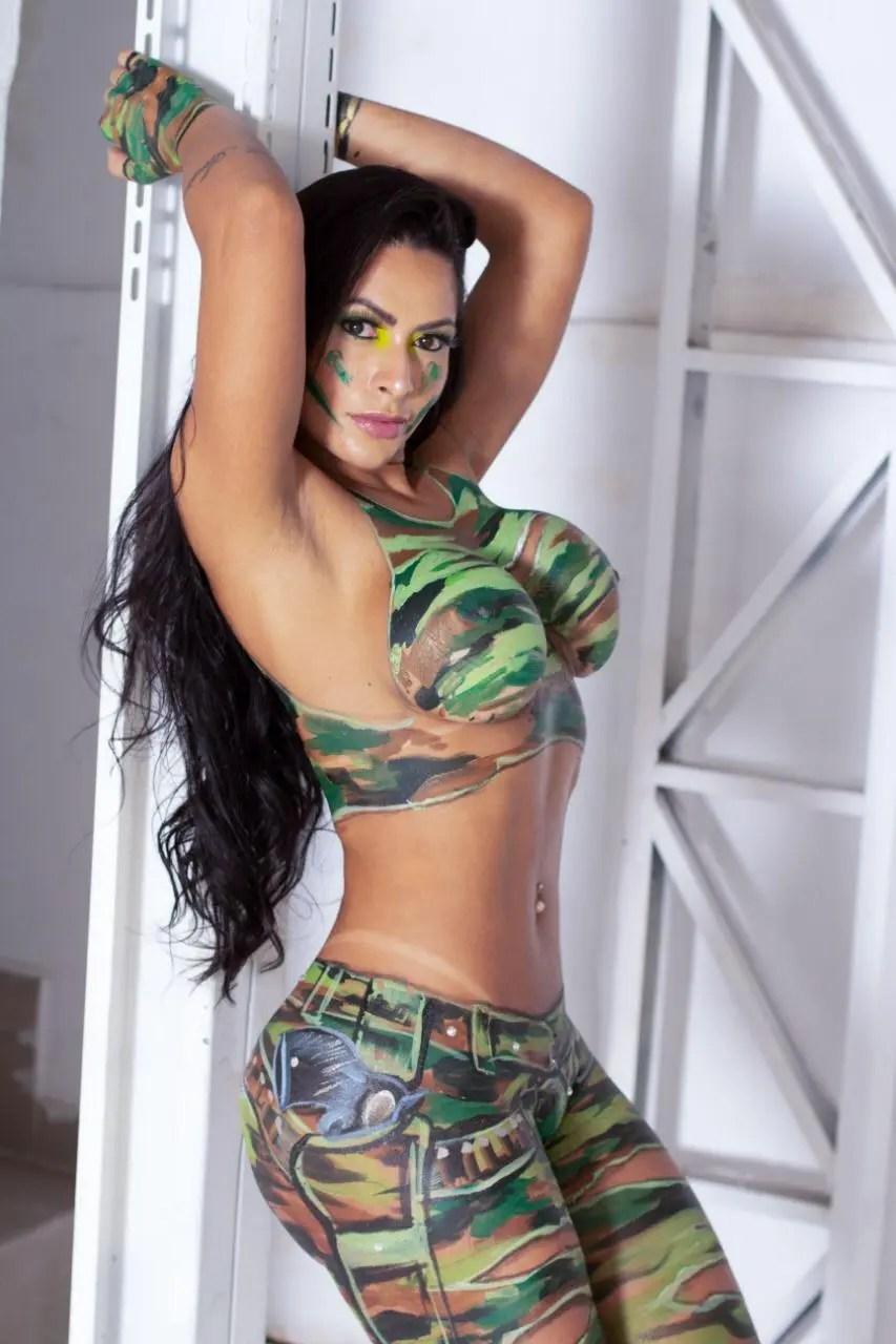 """Miss Bumbum protesta com o corpo pintado por camuflagem: """"o país é nosso"""""""
