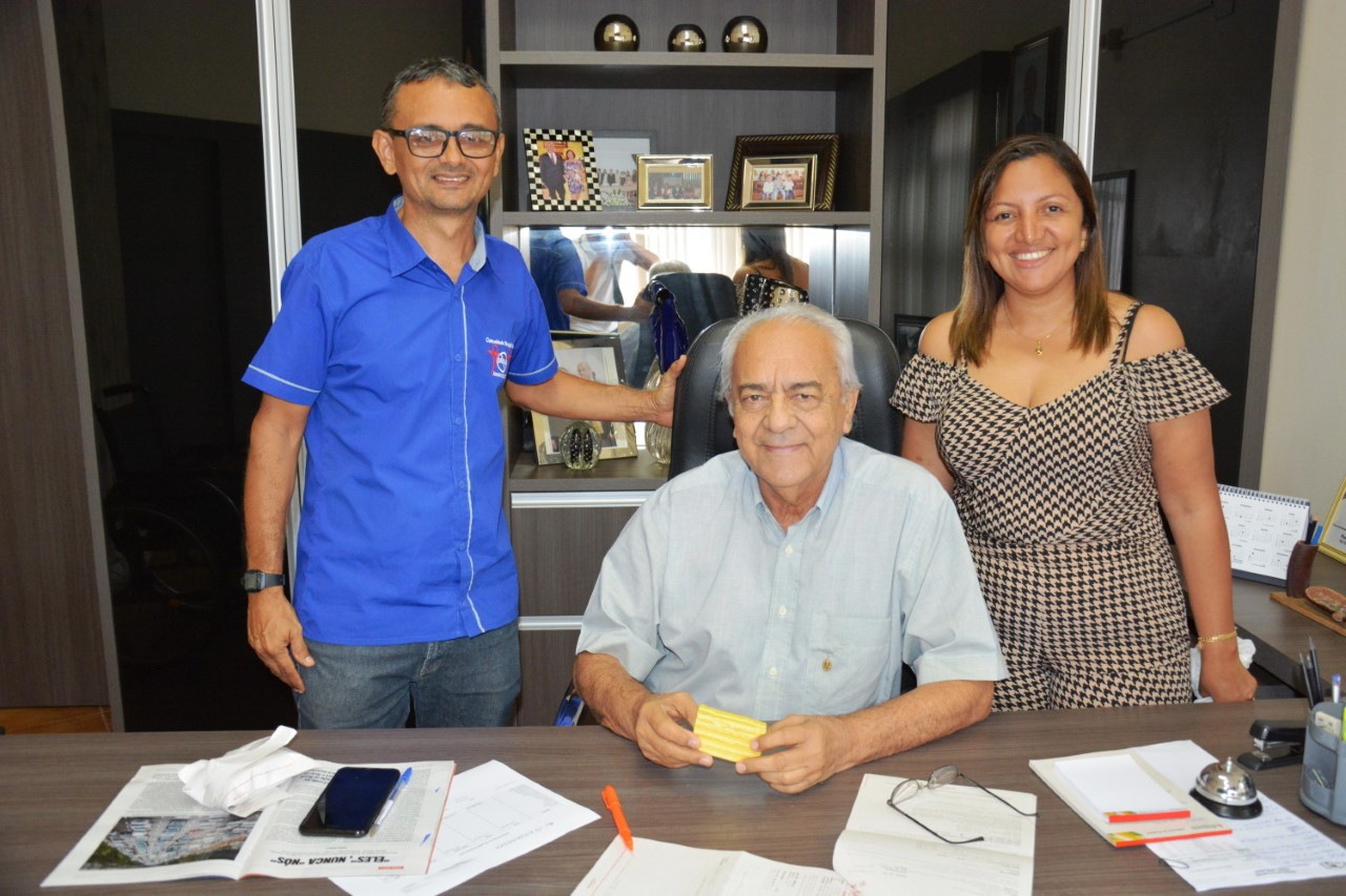 Prefeito Moisés Avelino recebe amostras de Sabão produzido na Comunidade Jovens de Valor