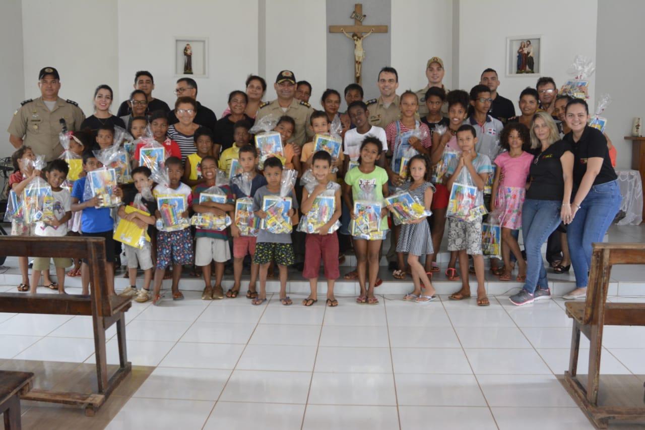 Ação social do SIOP arrecada e presenteia crianças carentes do setor Irmã Dulce com material escolar