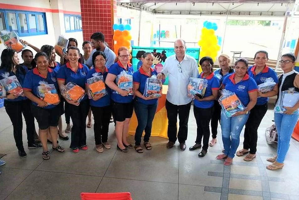 Servidores da Educação Municipal de Fátima recebem kits de suporte escolar