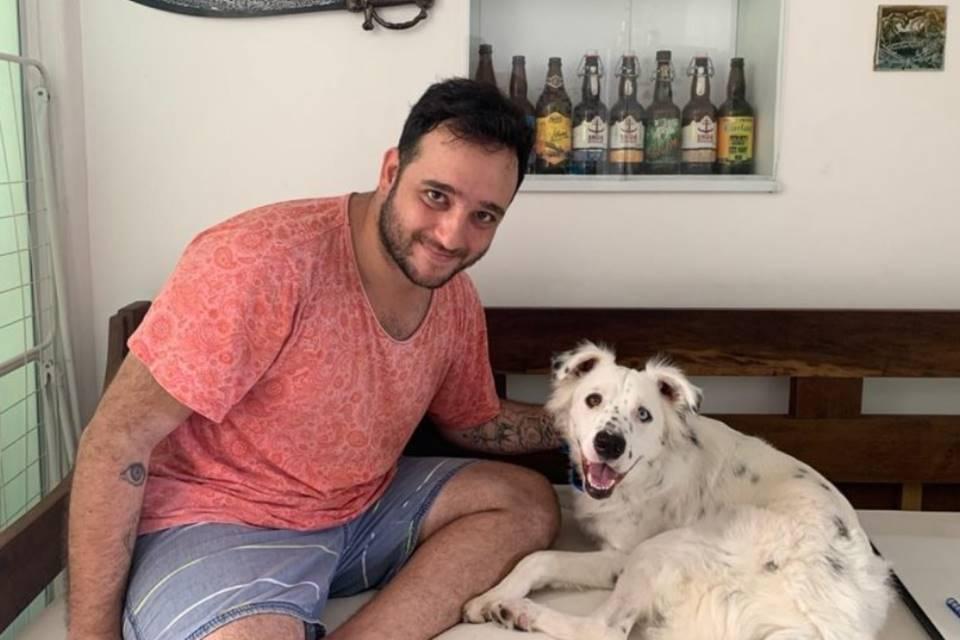 Cãozinho rejeitado por ser surdo é adotado por dono também surdo