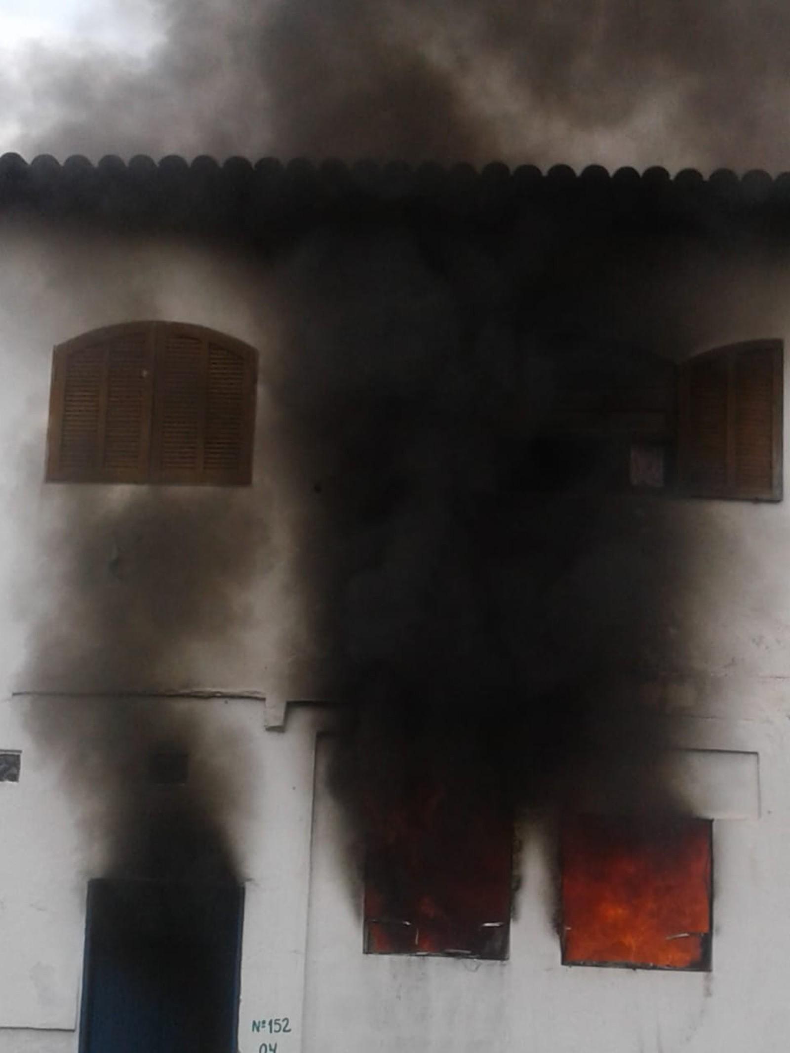 Três crianças morrem em incêndio dentro de casa em Paraty
