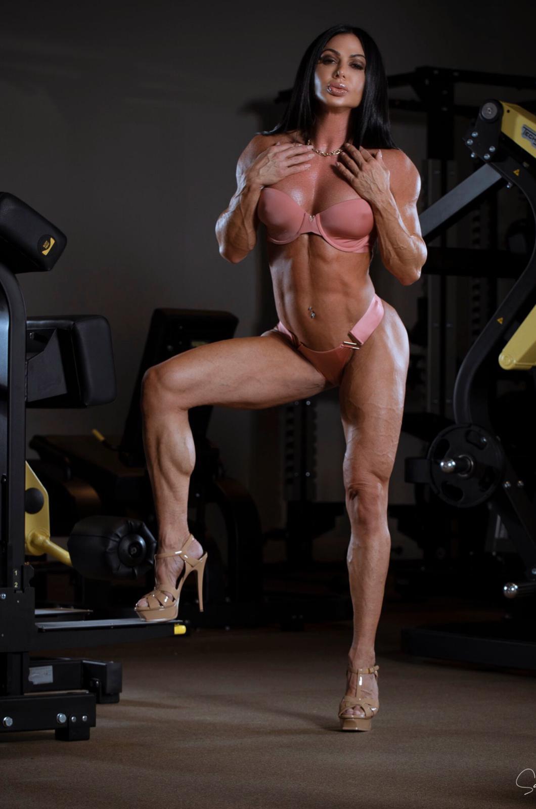 """Aos 45 anos, competidora fitness afirma que dormir é o segredo dos """"super músculos"""""""