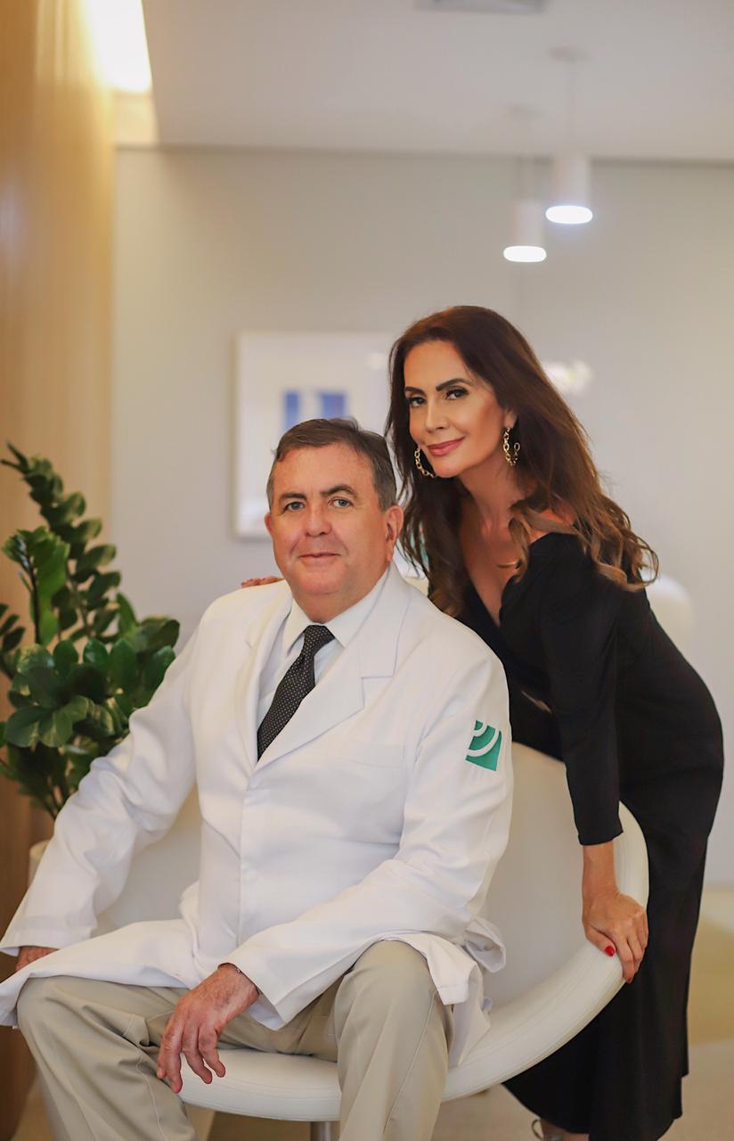 A digital influencer Claudia Métne visita o famoso médico Dr Alfredo Barros especializado em Mastologia
