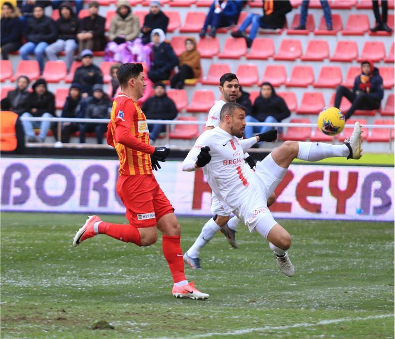 """Invicto há sete jogos, Chico valoriza reação do Antalyaspor após chegada do técnico Tamer Tuna: """"Conhece muito o futebol turco"""""""