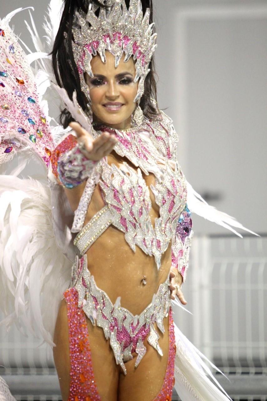 Vinda de Orlando na Flórida, Madrinha de Bateria Phoebe Vecchioni, abrilhanta desfile da Independente Tricolor