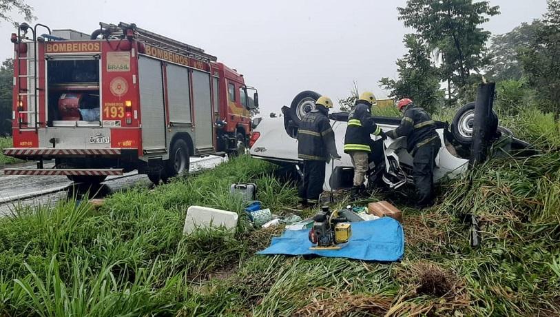 Motorista de caminhonete morre após veículo capotar na BR-153 durante chuva