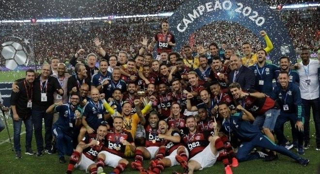 Flamengo supera expulsão, bate o Del Valle e leva a 3ª taça em 10 dias