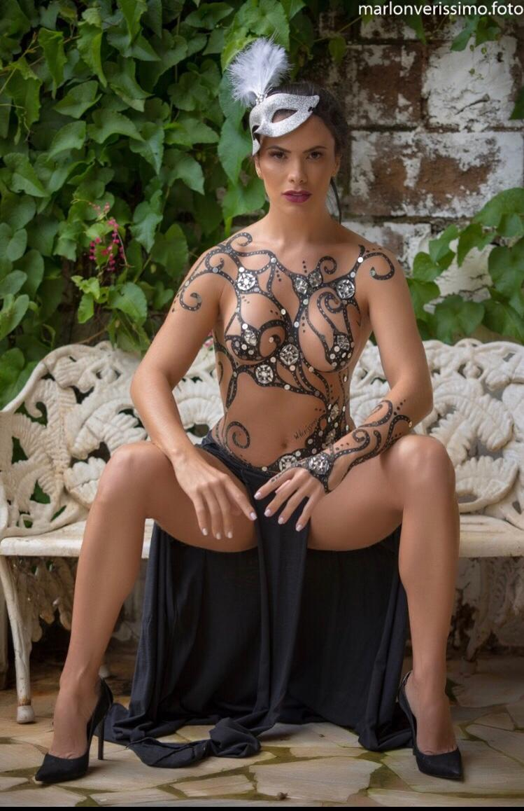 Influencer Sharlene Seixas testa durabilidade de pintura corporal