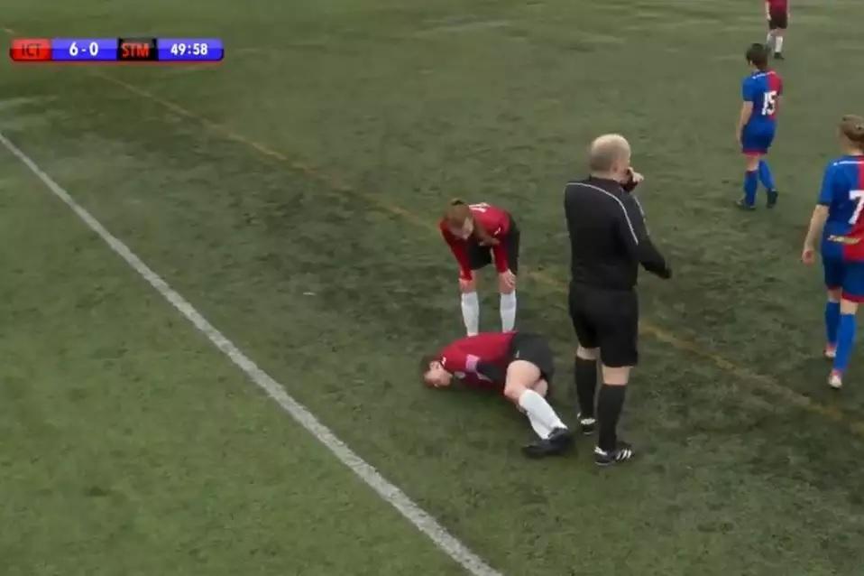 """Durona: jogadora desloca o joelho e põe de volta """"no tapa"""""""