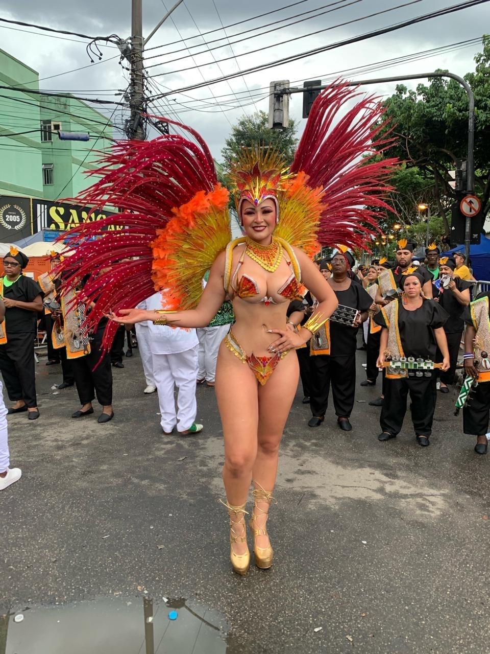 Rainha de bateria, Nanda Marques capricha na produção em desfile na Intendente Magalhães