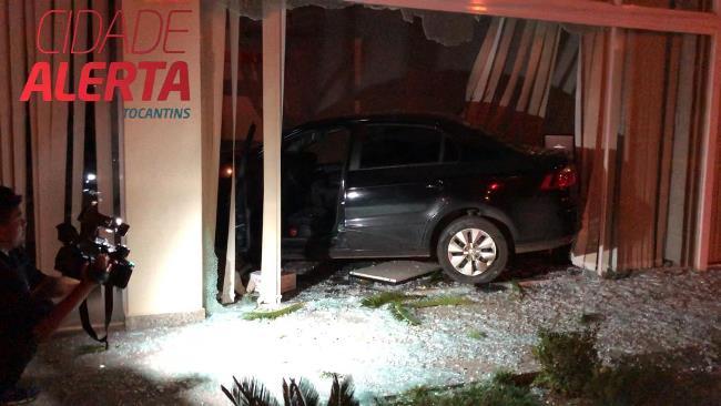 Carro invade anexo do Tribunal de Justiça do Tocantins em Palmas