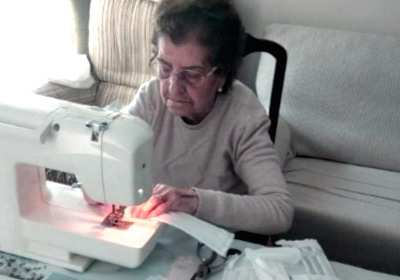 Vovó de 84 passa 8 horas por dia costurando máscaras pra hospitais
