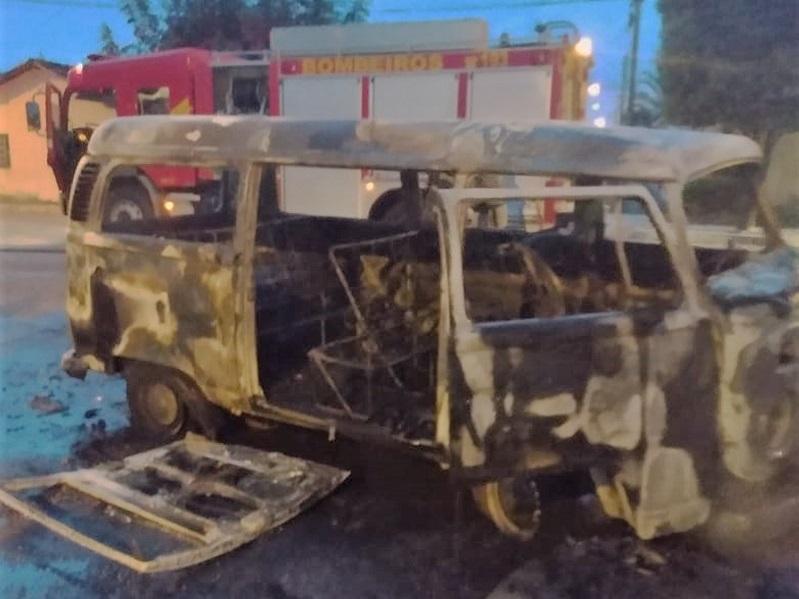 Motorista e passageiros escapam momentos antes de veículo pegar fogo em Gurupi