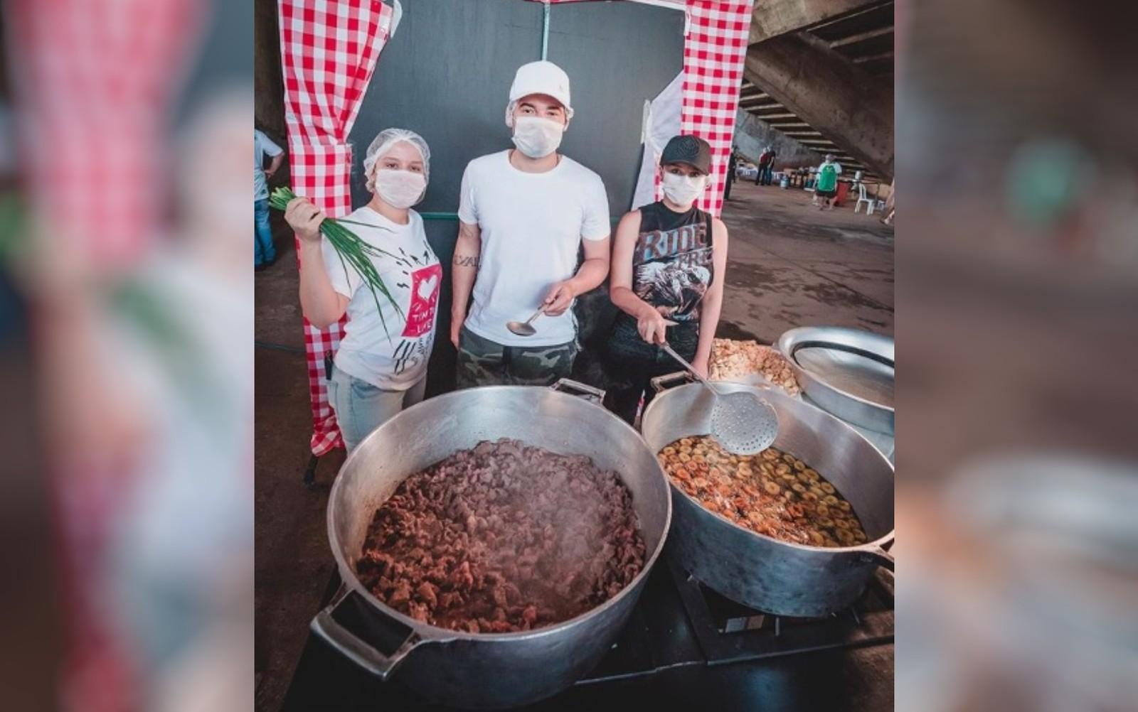 Maiara e Maraísa deixam isolamento para ajudar a fazer 2 mil marmitas a famílias de baixa renda, em Goiânia