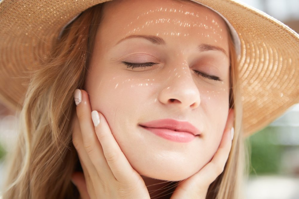 Ácidos que clareiam manchas e combatem o envelhecimento da pele: saiba sobre o uso no verão