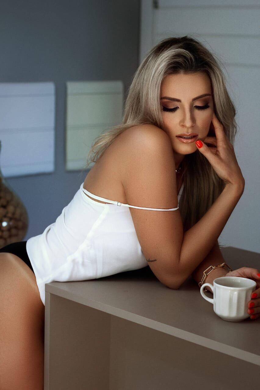 Modelo e top model Ana Calheiro posta fotos sensuias em rede social