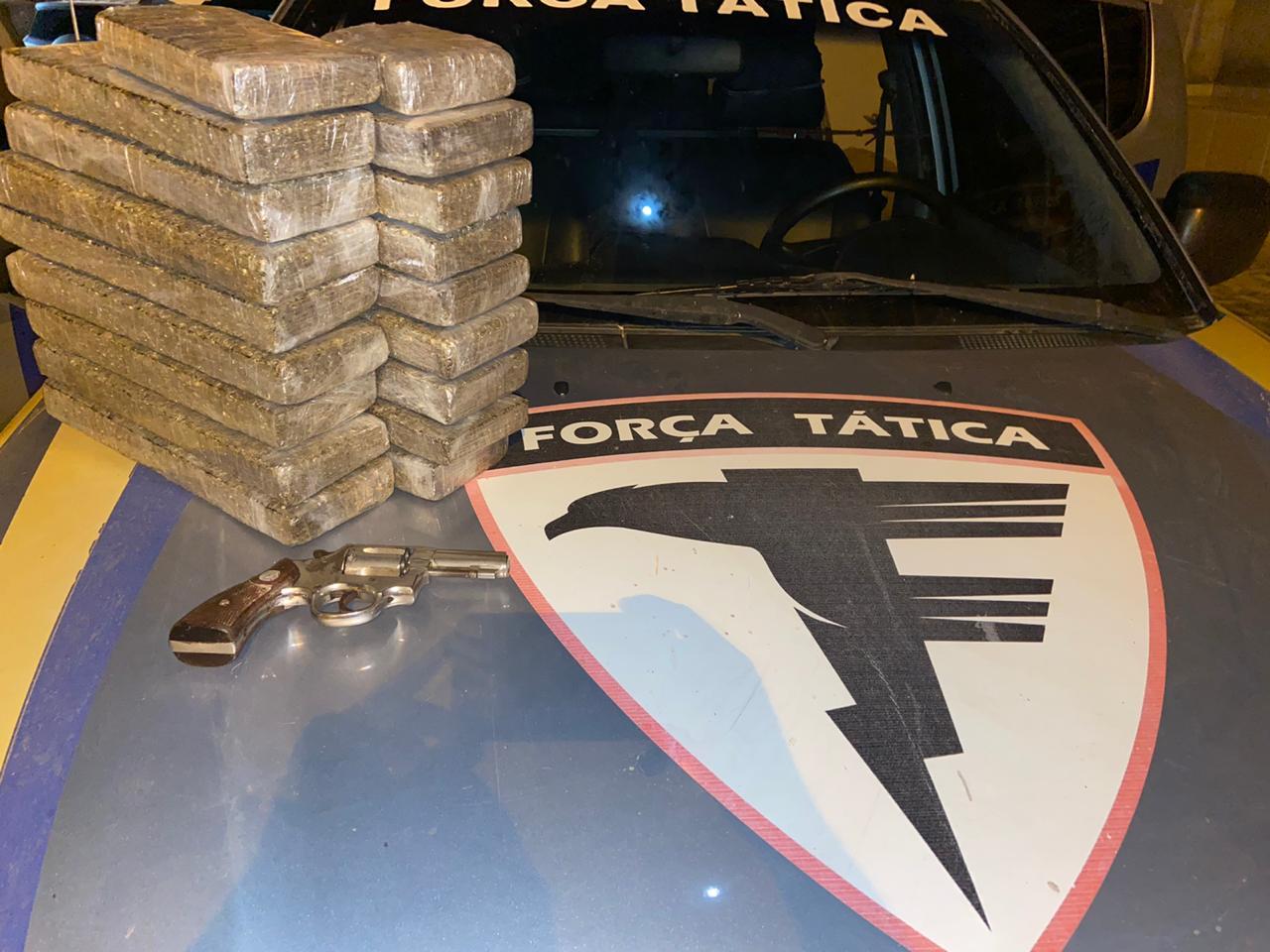 PM intercepta traficante na BR-153 e apreende cerca de 20 quilos de drogas e munições
