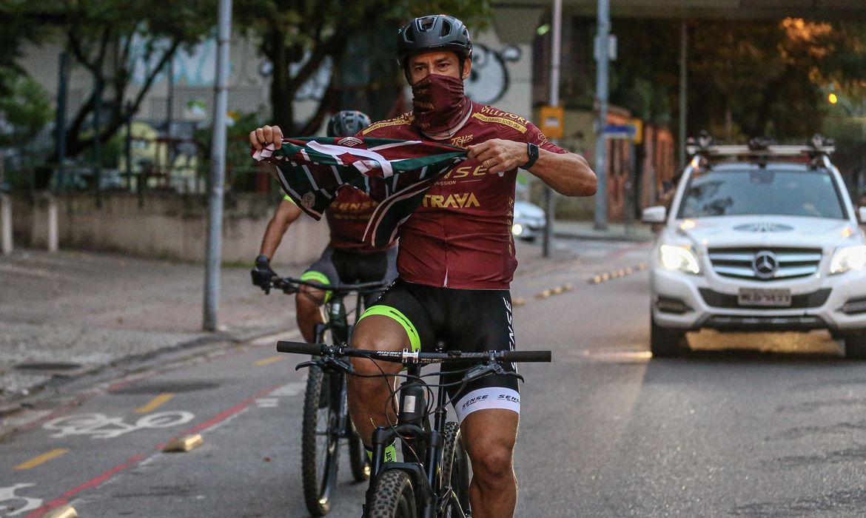 Atacante Fred chega ao Fluminense, após percorrer 600 km pedalando desde MG