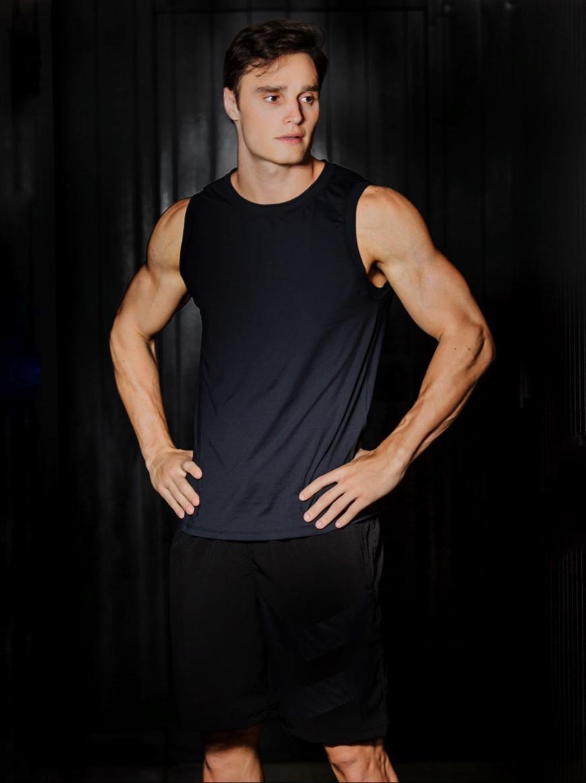 Norton Mello, personal dos famosos, bate recorde mundial de uma live fitness