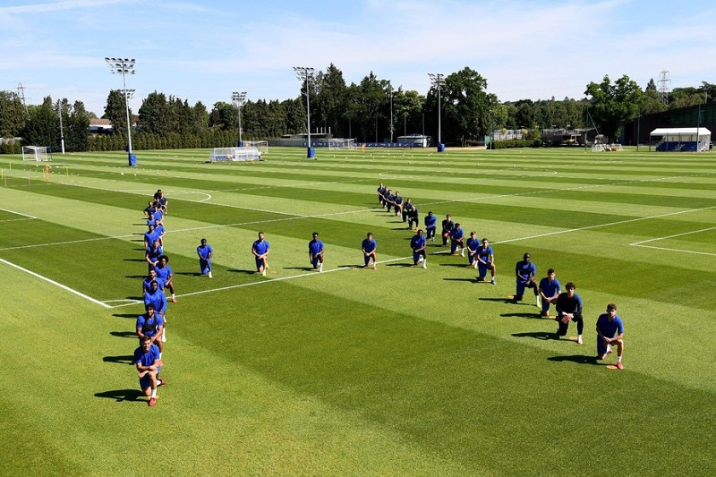 """Jogadores do Chelsea se ajoelham em protesto contra violência policial aos negros: """"Basta"""""""