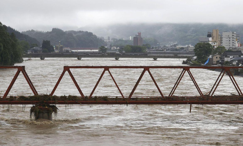 Inundações transformam ruas em rios no Japão e matam 44