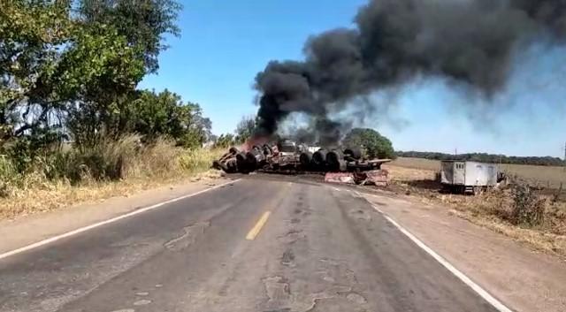 Caminhão tomba, pega fogo e deixa BR-153 interditada no sul do Tocantins