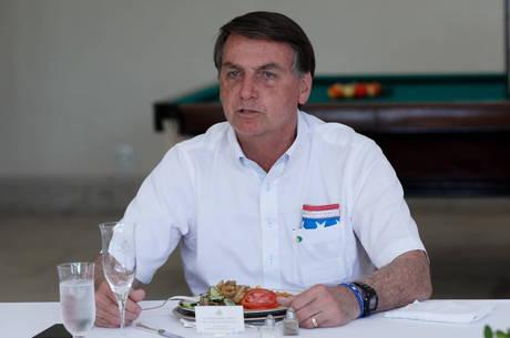 À espera de resultado, Bolsonaro está bem, mas com febre baixa