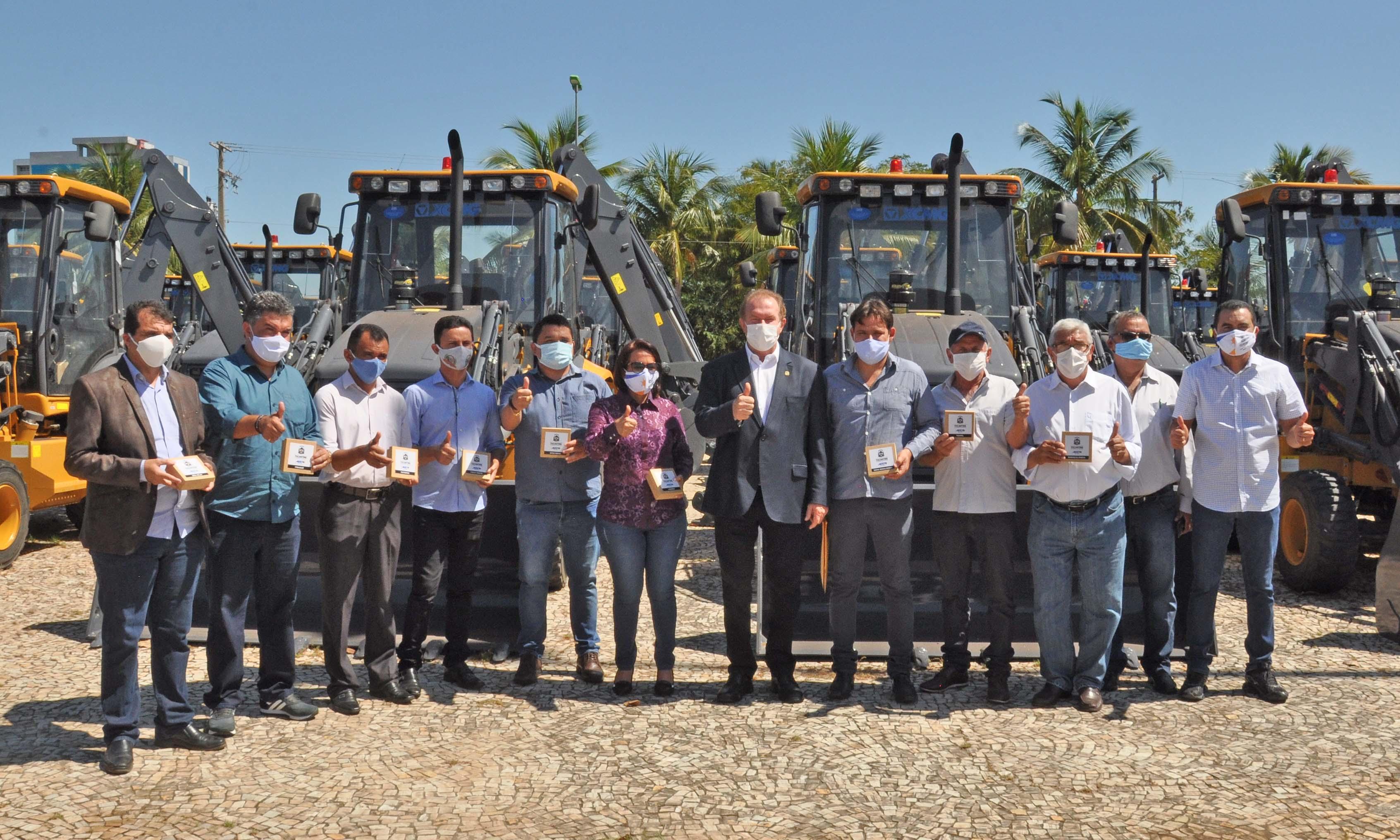 Governador Carlesse prossegue entregando máquinas e mais 10 municípios são contemplados