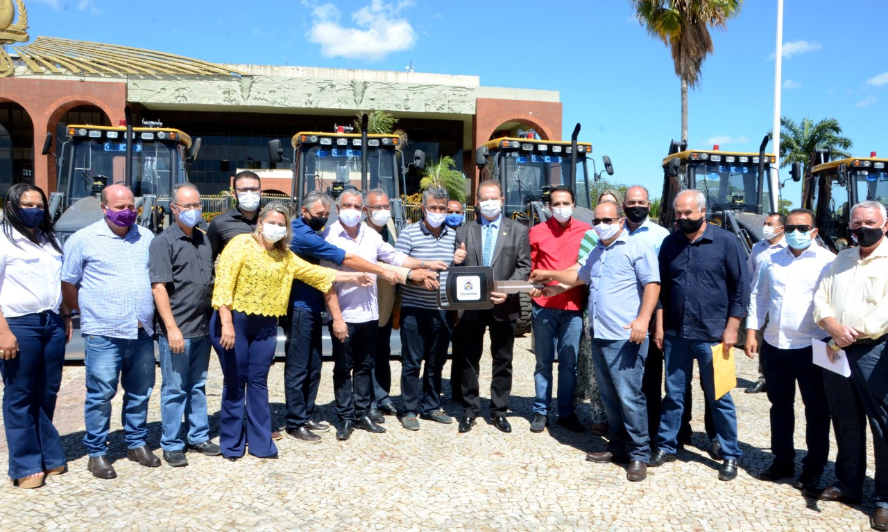 Governador Mauro Carlesse finaliza entrega de maquinários pesados aos municípios tocantinenses