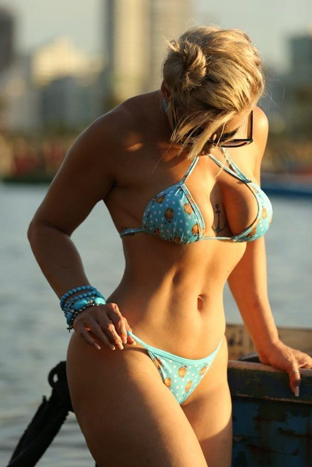 Modelo Jhenni Giovanelli brilha em campanha moda praia