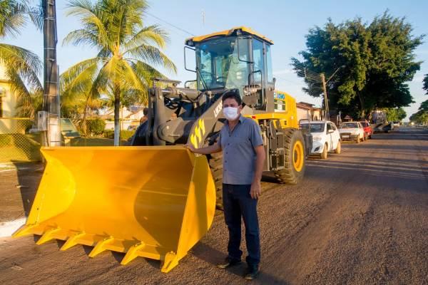 Prefeitura de Barrolândia comemora recebimento de novo maquinário