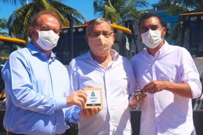 Prefeito de Pium recebe nova retroescavadeira para a Secretaria Municipal de Infraestrutura