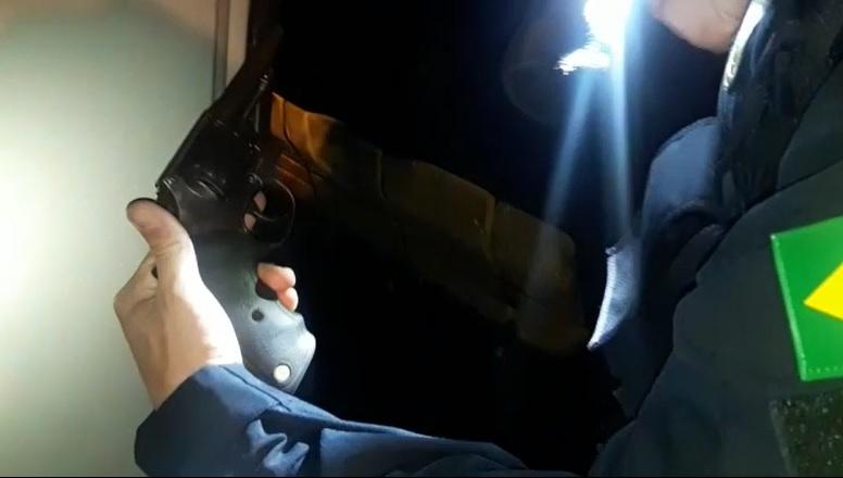 PRF apreende revolver escondido embaixo do banco do veículo na BR-153