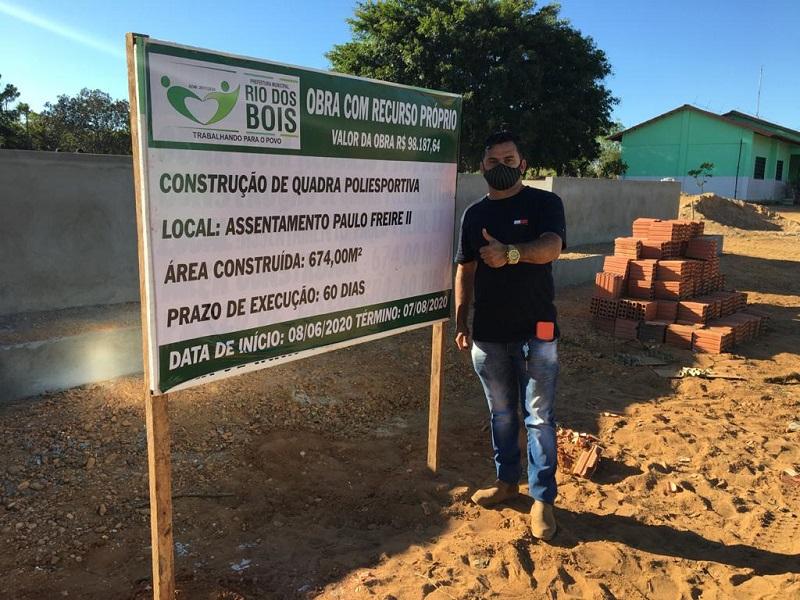 Prefeito Moacir visita construção da quadra poliesportiva no assentamento Paulo Freire II em Rio dos Bois