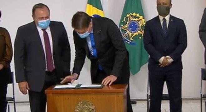 Bolsonaro assina MP que libera R$ 2 bilhões para vacina de Oxford