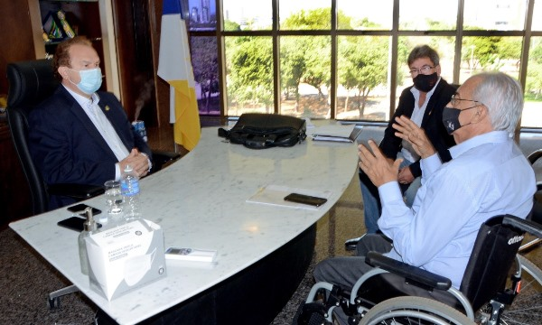 Prefeito Moisés Avelino é recebido em audiência pelo governador do Tocantins