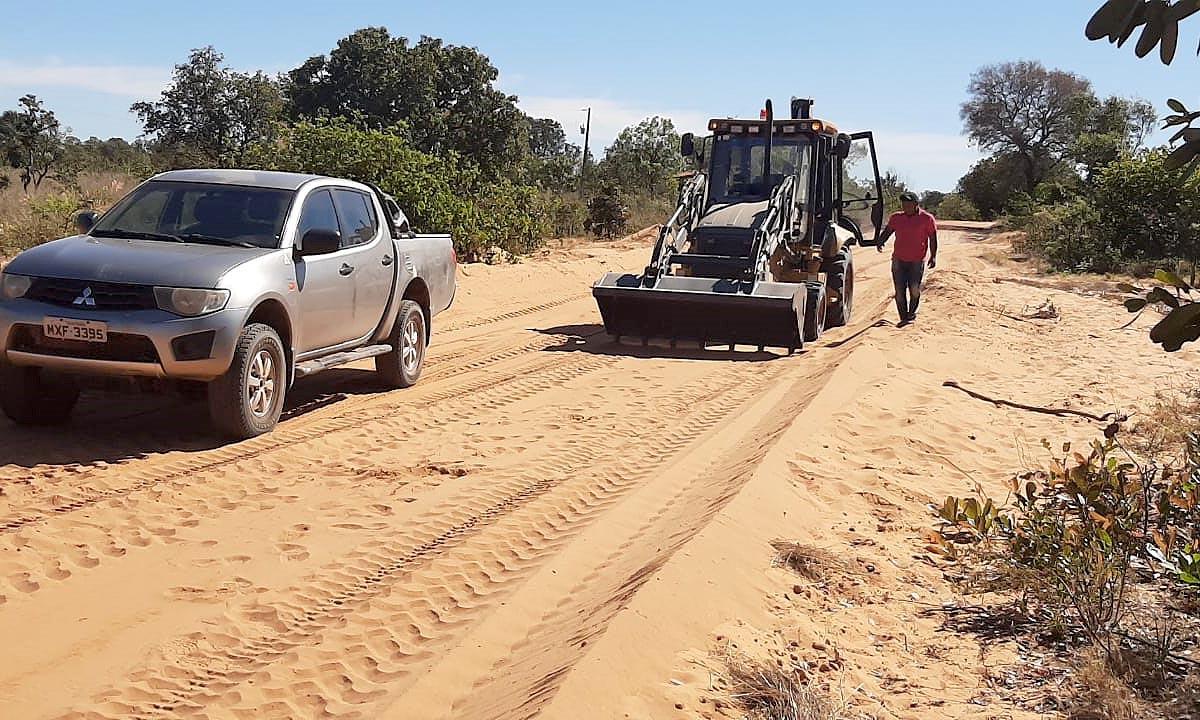 Máquinas entregues pelo governador Carlesse recuperam estradas em comunidades quilombolas do Jalapão e de Arraias