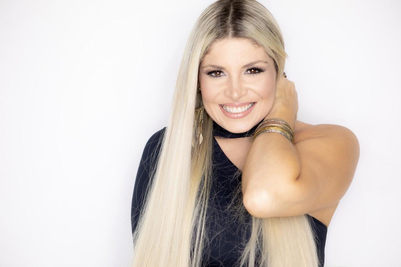 Cantora Adryana Ribeiro realiza LIVE no dia dos Pais em Tributo a saudosa sambista Beth Carvalho
