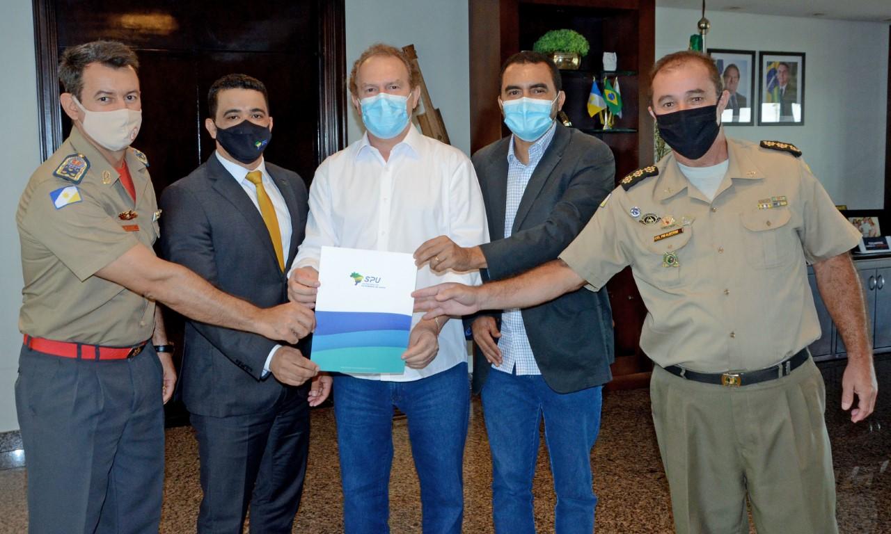 Governador Mauro Carlesse recebe imóveis da União para construção das sedes da PM e dos Bombeiros de Porto Nacional