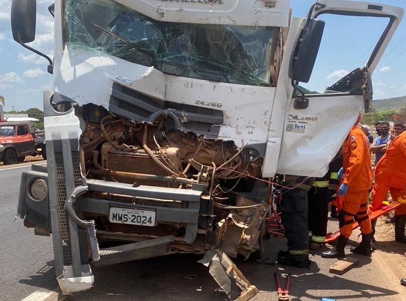 Colisão entre caminhões deixa motorista preso às ferragens na região sul de Palmas