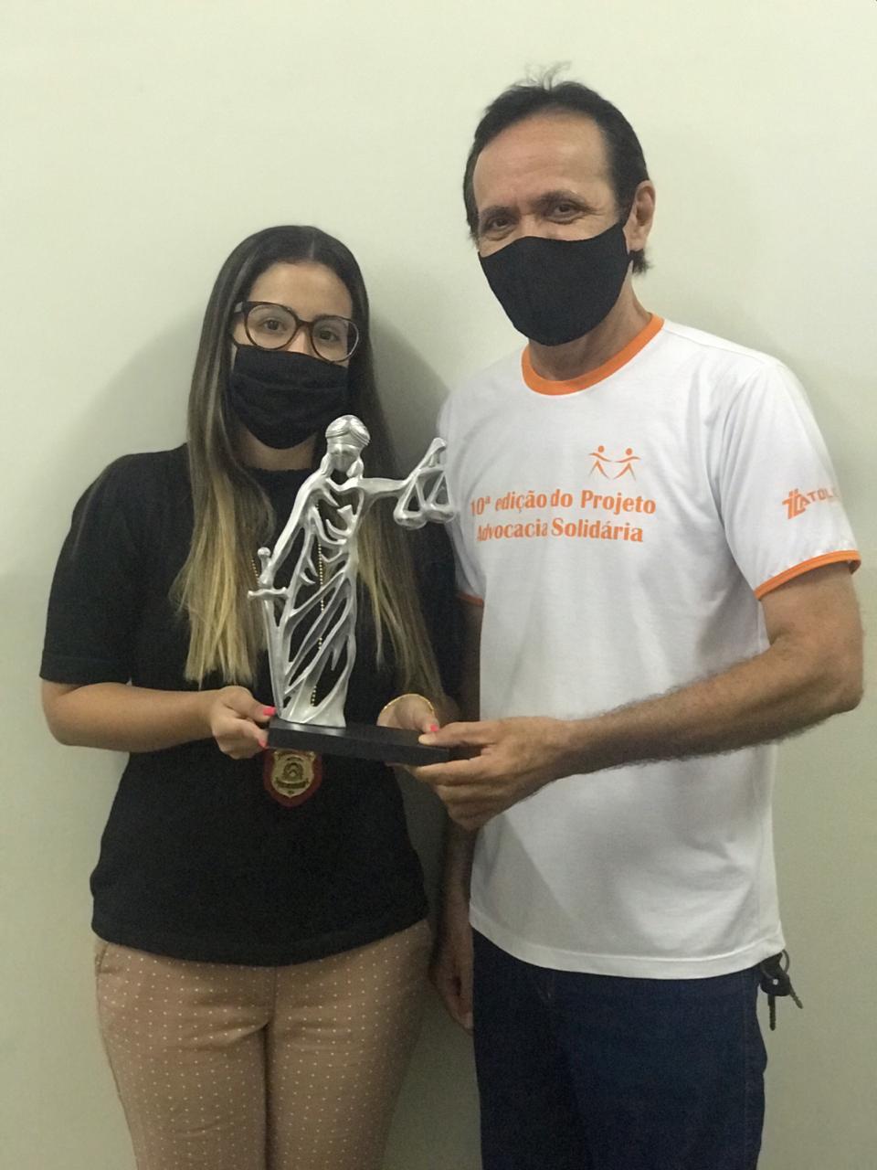 Delegada Regional da Polícia Civil em Araguaína recebe homenagem de artista plástico