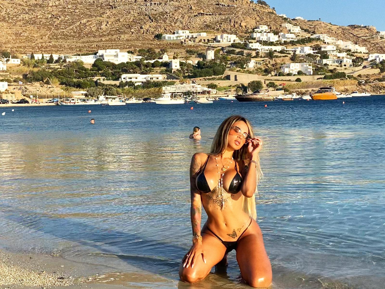 Modelo da Playboy leva moda de biquíni de fita isolante para Mykonos