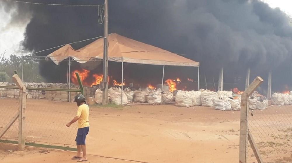 Incêndio atinge sede da associação dos catadores de Gurupi e destrói 15 toneladas de materiais recicláveis