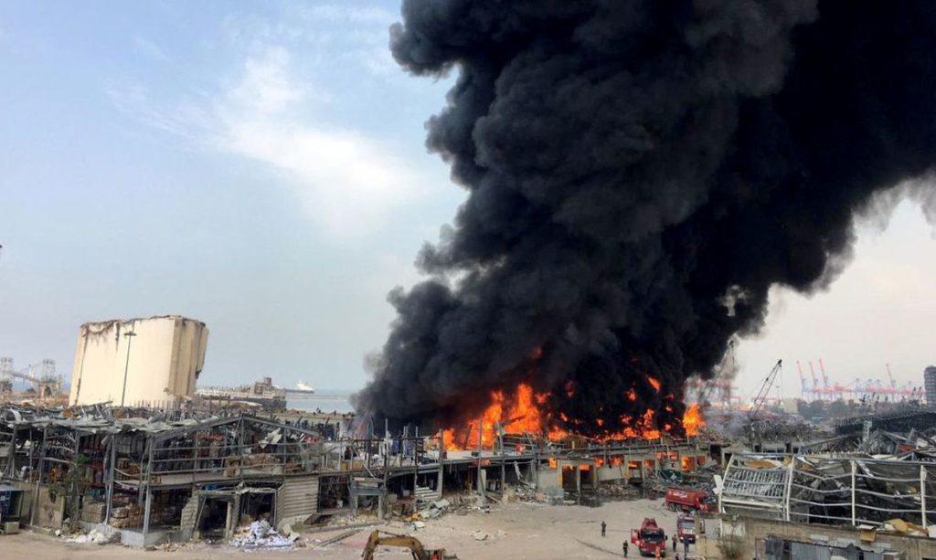 Incêndio atinge parte do porto de Beirute um mês após explosão devastadora