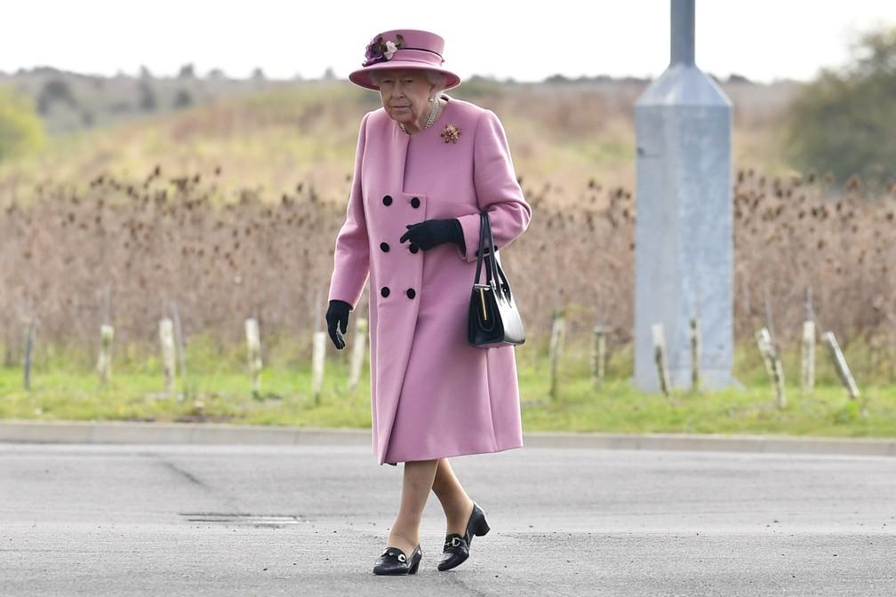 Rainha Elizabeth II participa de compromissos públicos fora de casa pela 1ª vez na pandemia