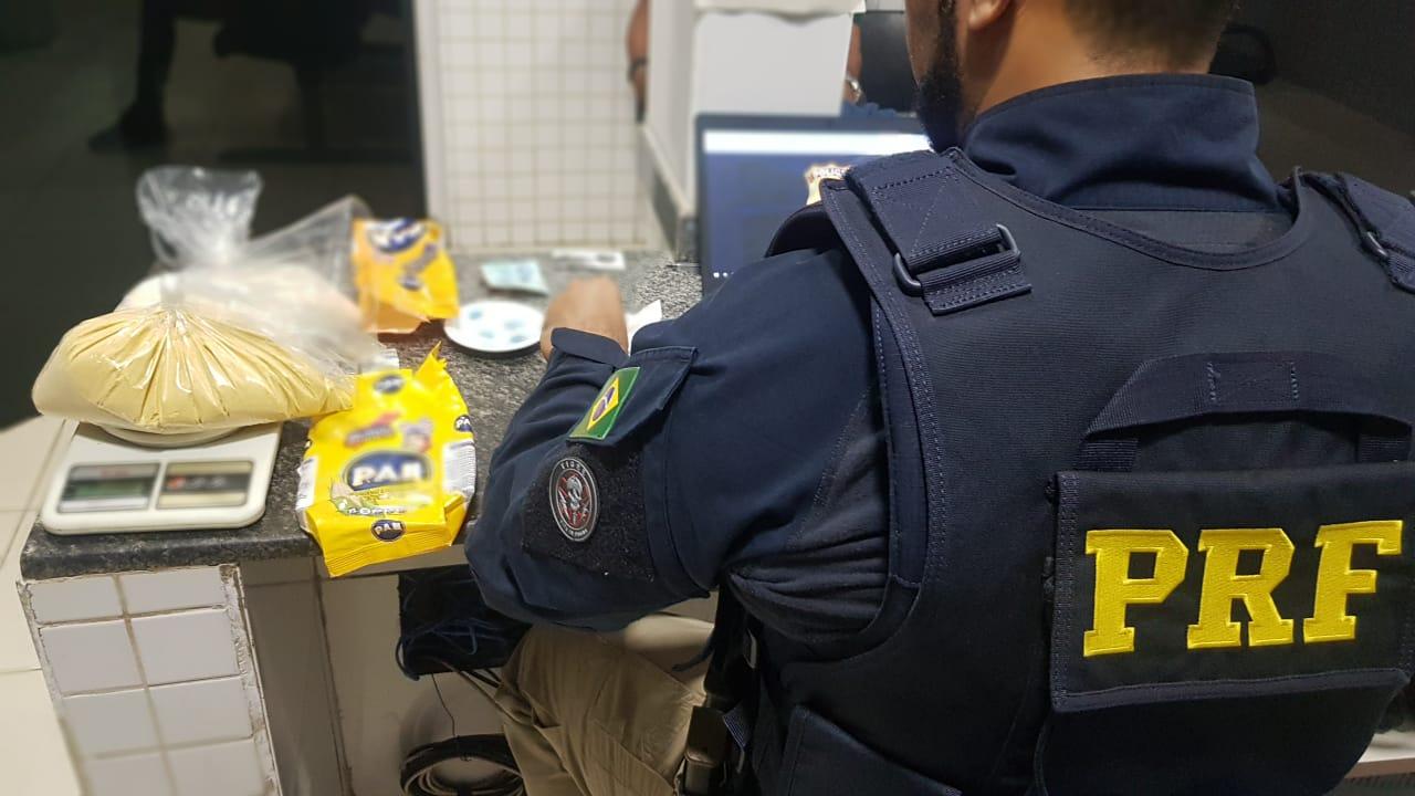 PRF e PM apreenderam 2 kg de cocaína misturada com farinha de milho