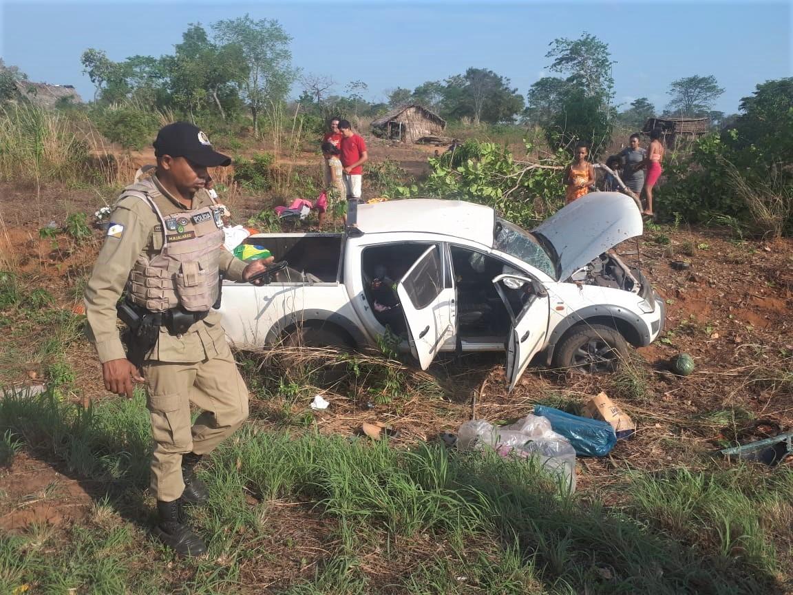 Bombeiros militares socorrem vítimas de capotamento na TO-404, em Araguatins